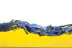 Abstract beeld van een gele gemorste vloeistof Op een witte achtergrond Royalty-vrije Stock Foto's