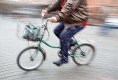 Abstract beeld van een groot mens op een kleine fiets Royalty-vrije Stock Foto's
