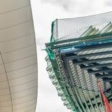Abstract beeld van een het ontwerpen dak van een nieuw gebouw naast Stock Afbeeldingen