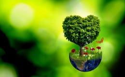 abstract beeld van een planeet en een boom in de vorm van een hart Stock Afbeeldingen