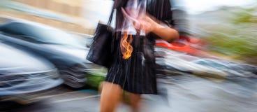 Abstract beeld van een vrouw die onderaan de straat loopt Stock Fotografie