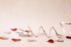 Abstract beeld van feestelijke lintdecoratie en harten Stock Afbeeldingen