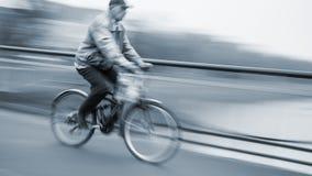 Abstract beeld van fietser op de stadsrijweg Royalty-vrije Stock Foto's