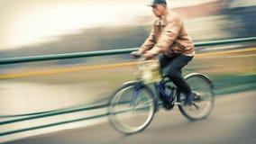 Abstract beeld van fietser op de stadsrijweg Stock Afbeeldingen