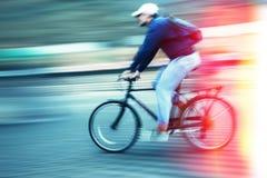 Abstract beeld van fietser op de stadsrijweg Royalty-vrije Stock Foto