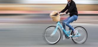 Abstract beeld van fietser op de stadsrijweg Stock Afbeelding