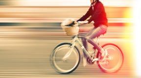 Abstract beeld van fietser op de stadsrijweg Stock Foto