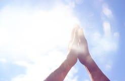 Abstract beeld van mannelijke handen die voor de hemel bereiken Zaal voor tekst Dubbele blootstelling Stock Foto