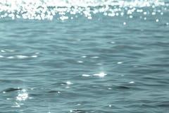 Abstract beeld van oppervlaktewater van overzees of oceaan met zilveren of koud licht Stock Afbeelding