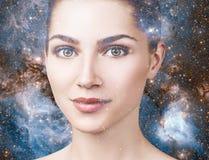 Abstract beeld van vrouwengezicht en kosmische melkweg Royalty-vrije Stock Afbeeldingen