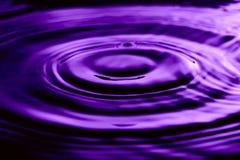 Abstract beeld van waterrimpelingen op aardige purpere ultraviolette kleur Stock Afbeelding