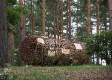 Abstract beeldhouwwerk in de van de rolvorm en pijnboom bomen Royalty-vrije Stock Afbeelding