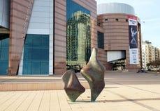 Abstract beeldhouwwerk dichtbij het theater in Bier Sheva Royalty-vrije Stock Afbeeldingen