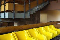 Abstract binnenland met gele stoelen Royalty-vrije Stock Foto's