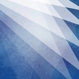 Abstract blauw en wit ontwerp als achtergrond met lichte transparante materiële lagen met vage textuur in geometrisch ventilatorp Stock Foto's