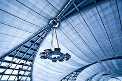 Abstract blauw plafond met lampen Stock Afbeeldingen