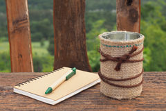 Abstract bruin notaboek op houten lijst Royalty-vrije Stock Foto's