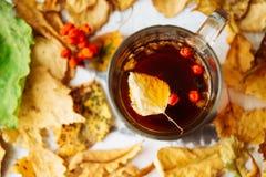 Abstract de herfstconcept - gele en rode de herfstbladeren en kop van zwarte koffie Royalty-vrije Stock Foto