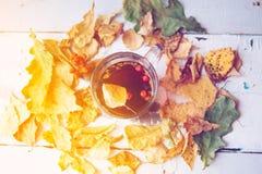 Abstract de herfstconcept - gele en rode de herfstbladeren en kop van zwarte koffie Stock Afbeelding