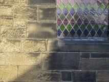 Abstract detail als achtergrond Kerkmuur en gebrandschilderd glasvenster Stock Afbeelding