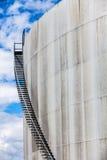 Abstract Detail van een Hoog en Lang Tredegeval van een Olieraffinaderij Stock Afbeeldingen