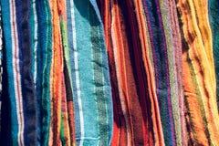 Abstract detail van een stapel van kleurrijke stoffen bij een vlooienmarkt Royalty-vrije Stock Foto