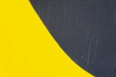 Abstract detail van muur met fragment van graffiti, oude afgebroken verf, kras, grunge textuur Zwart aërosolontwerp, Royalty-vrije Stock Foto