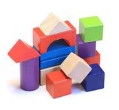 Abstract die huis van kleurrijke houten bouwstenen wordt gemaakt Stock Fotografie