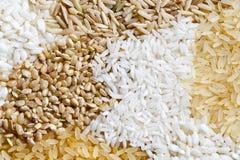 Abstract die patroon van witte, bruine en geblancheerde rijst van ab wordt gemaakt Stock Foto's