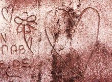 Abstract die symbool van hart en bloem op de bakstenen muur wordt gekrabbeld Royalty-vrije Stock Fotografie