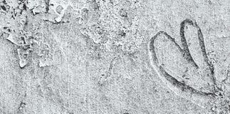 Abstract die symbool van hart op lichte zilveren cementmuur wordt gekrabbeld Stock Foto's