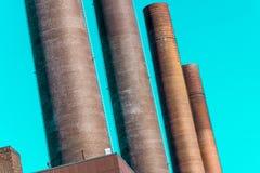Abstract doelbewust bochtig beeld van de schoorstenen van de elektrische centrale van een groot bedrijf stock foto's