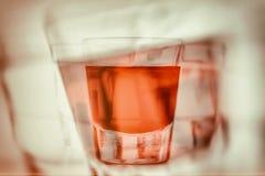 Abstract eerste persoonsperspectief van wordt gedronken en bereikend voor een ander glas van alcohol stock afbeeldingen