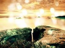 Abstract effect De herfstzonsopgang in berg binnen inversie Pieken van heuvelsstrook uit van mist Royalty-vrije Stock Afbeeldingen