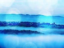 Abstract effect Dromerig die landschap in dikke mist wordt verloren Fantastische ochtend die door zonlicht gloeien Stock Afbeeldingen
