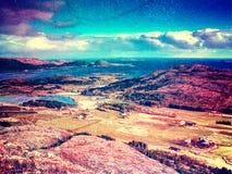 Abstract effect Vissend dorp Distinctief Skandinavisch landschap met dramatische bergen, stock afbeelding