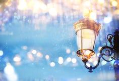 Abstract en magisch beeld van Kerstmisstraatlantaarns Stock Foto's