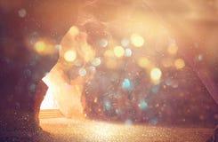 Abstract en surrealistisch beeld van hol met licht de revelatie en opent de deur, het Heilige concept van het Bijbelverhaal stock afbeelding