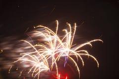 Abstract Exploderend Vuurwerk in Motie, Zwarte Hemel Royalty-vrije Stock Afbeelding