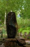 Abstract fonteinbeeldhouwwerk in een watertuin Royalty-vrije Stock Foto's