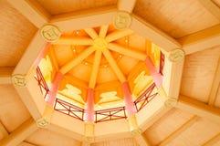 Abstract foto houten geel rond plafond met Aziatische symbolen Royalty-vrije Stock Afbeeldingen