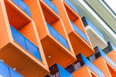 Abstract fragment van moderne architectuur, voorgevel en oranje balkons, close-up Royalty-vrije Stock Fotografie