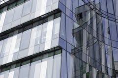 Abstract fragment van moderne die architectuur, muren van glas, P worden gemaakt Stock Foto