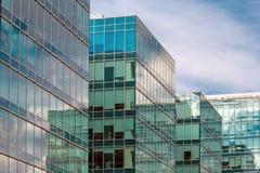 Abstract fragment van moderne die architectuur, muren van glas worden gemaakt Stock Afbeelding