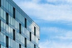 Abstract fragment van moderne die architectuur, muren van glas worden gemaakt Royalty-vrije Stock Afbeelding