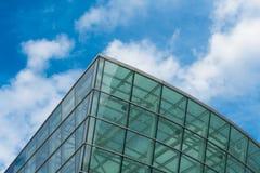 Abstract fragment van moderne die architectuur, muren van glas worden gemaakt Stock Afbeeldingen