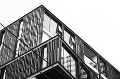 Abstract fragment van moderne die architectuur, muren van glas en staal worden gemaakt Rug en wit Stock Foto's