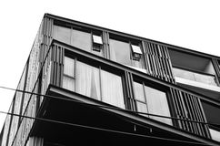 Abstract fragment van moderne die architectuur, muren van glas en staal worden gemaakt Rug en wit royalty-vrije stock fotografie