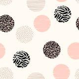 Abstract geometrisch naadloos patroon met dierlijke druk en cirkels Stock Afbeeldingen