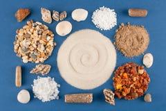 Abstract geometrisch patroon van diverse overzeese shells, zand en steen Stock Afbeeldingen